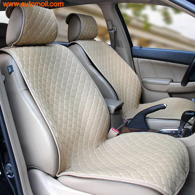 Накидка на сиденье автомобиля из Алькантары бежевого цвета.